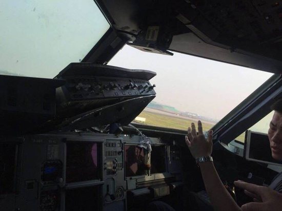 川航8633降落后一片狼藉的驾驶舱