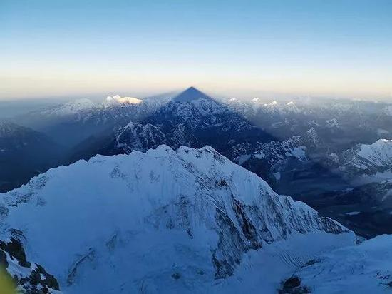 珠峰顶峰的金字塔投影。(图片来源:刘雨曈)