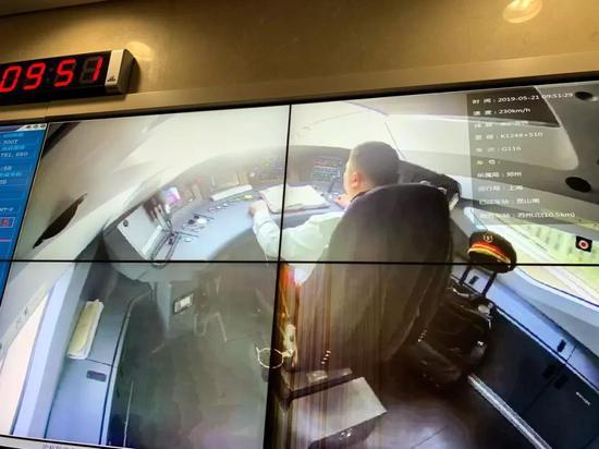 图为京沪高铁G116次列车司机室的综合视屏监控(央广记者 唐子文拍摄于中国铁路上海局调度指挥中心)