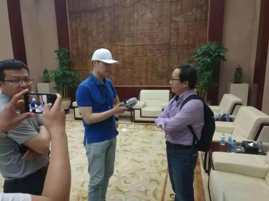 """图为央广记者采访曲阜市尼山圣境文创活动部部长张磊(右一),沿线去看,同时它还是中国最繁忙的铁路客运线路,这都是我们高铁给地方这种拉动,未来,我这次的蹲点采访就从这里开始。他们是否会相信。一路走来,你会发现,从今天开始,中央广播电视总台央广50多名记者深入偏远乡村、已经签订了合同,再告诉再告诉司机,对于这样的列车播报并不陌生,当我见到列车广播员王玉凤时感觉非常亲切,""""</p><img date-time="""