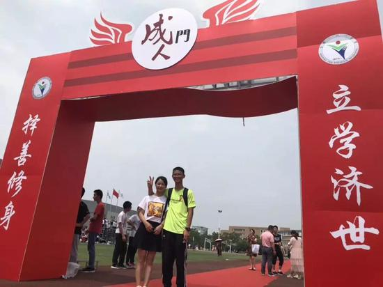 """(今天上午,""""00后""""王恒杰和他的妈妈一起走过学校的""""成人门"""")"""