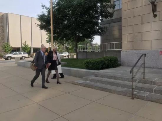 资料图片:被告辨护律师进入法庭。(图片来源:美国《世界日报》特派员黄惠玲╱摄影)