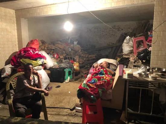 ▲王雨的家人。新京报记者 解蕾 摄
