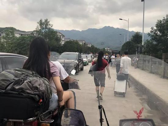 ▲去珙泉的路都塌方了,王雨的父亲和叔叔骑着摩托来镇上接她。新京报记者解蕾 摄