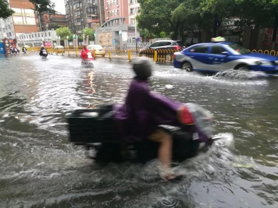 △13日,江西南昌遭遇暴雨袭击,城市内涝严重,不少道路被大水淹没。
