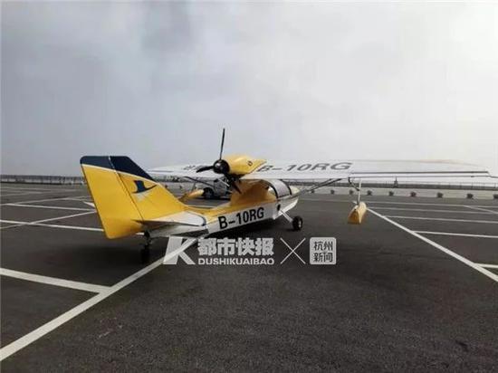 一架飞机在停车场空地滑行了两三圈