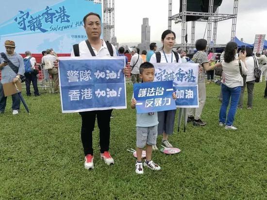 香港市民展示标语