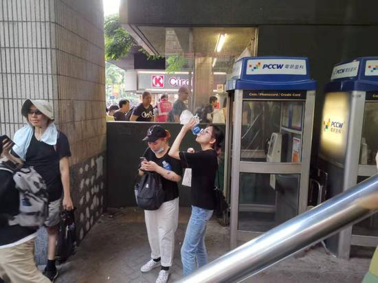 21日,有香港反对派人士在街头喝宝矿力水特。