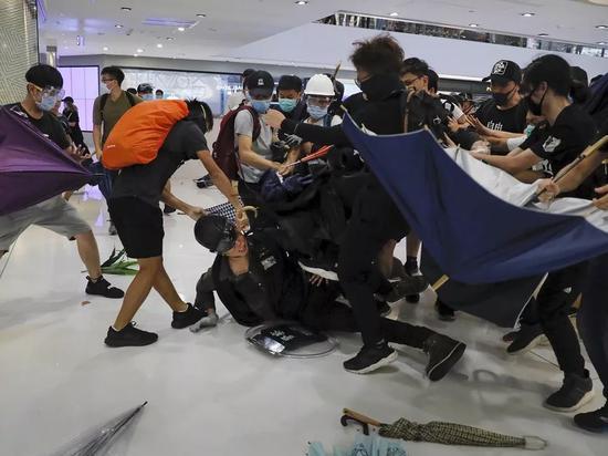 香港示威者在商场内殴打警察 (来源:文汇报)