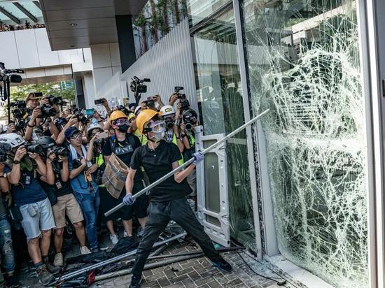 7月1日,香港反修例示威者暴力冲击占领立法会 (来源:大公报)