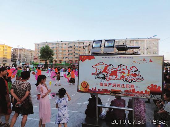 哈尔滨市呼兰区,萧红故居前广场上的扫黑除恶宣传标语。摄影/本刊记者 周群峰