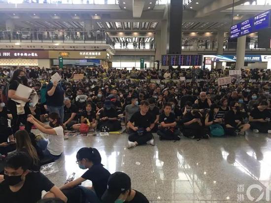 非法示威者霸占香港国际机场