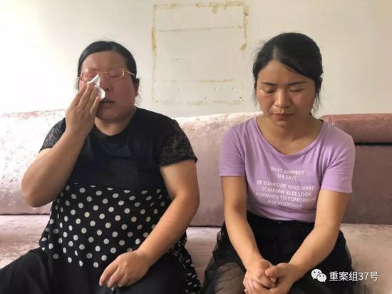 ▲2019年8月13日,慈利县洞溪乡洞溪村,谈及多年来追凶的艰辛,张阿丽(左)、张玲丽(右)两姐妹潸然泪下。新京报记者王瑞锋 摄