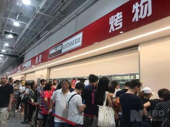 排队等待烤鸡的人群 每经实习记者 郑洁 摄