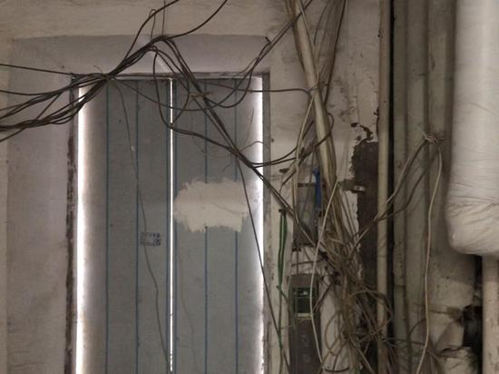乔庄东区   3号楼六单元一层半的电梯开关,电路板直接裸露在外。