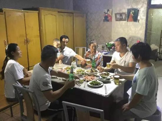 團圓當天鄭成華(左兩)戰家人一路吃晚餐。受訪者供圖