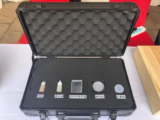 制作指纹膜的工具。