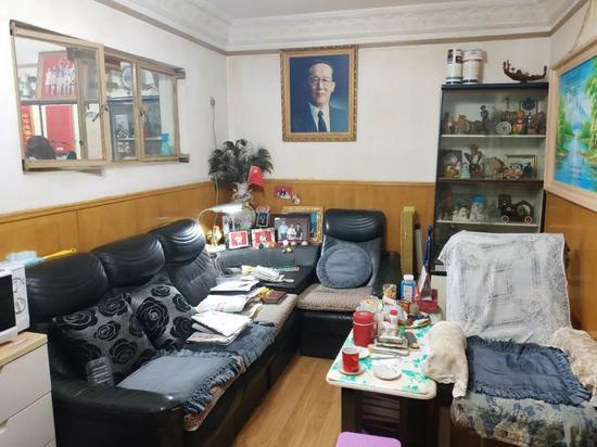 高镇同褊狭居室的客厅。记者李斌摄
