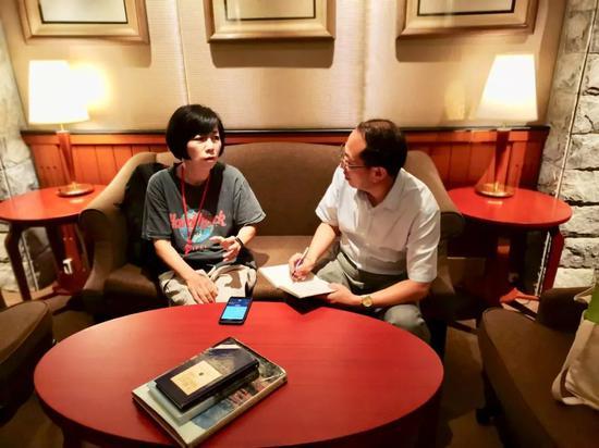 △黄智贤接受人民政协报·人民政协网记者高杨(右)独家专访