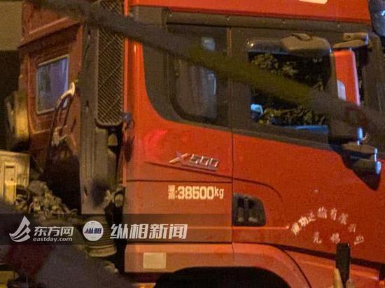 随跨桥一起侧翻的红色卡车上,标注的限重为38吨左右