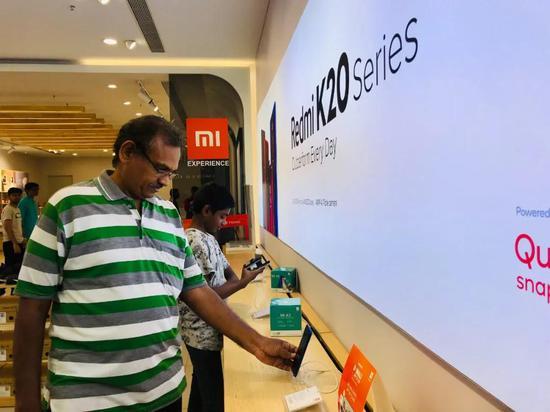 在金奈当地最大的商场里,一位父亲正在给孩子挑选中国品牌的电子产品。小米、vivo、OPPO等中国手机品牌已占据印度智能手机市场半壁江山。新华社记者史霄萌摄