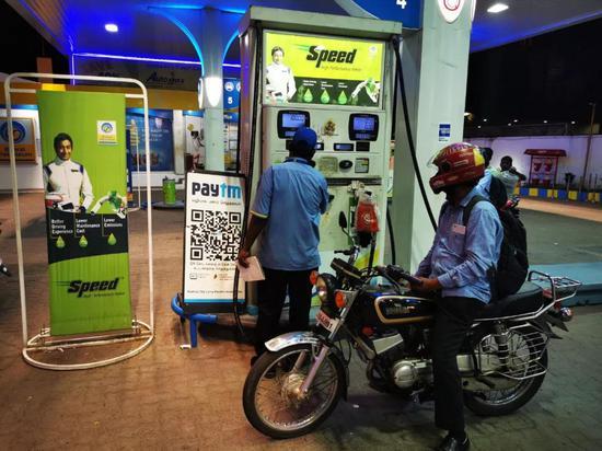 """在金奈的加油站里,随处可见印度""""支付宝""""Paytm的二维码。新华社记者陈杉摄"""