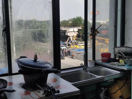 垮桥附近酒店内拍摄,窗外为垮桥。 摄影/本刊记者董洁旭