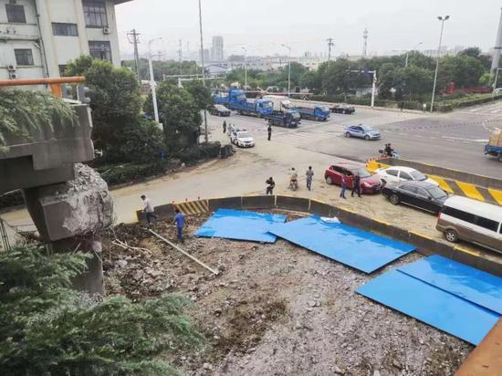 12日上午塌桥底部已恢复通车。 摄影/本刊记者 董洁旭