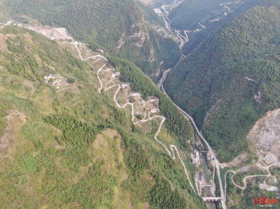 铁桥村大桥连通左侧大山。