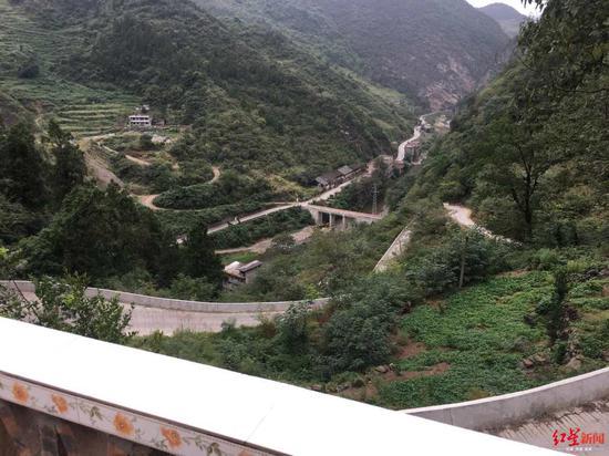 甘宗良家开门就见铁桥河,没修桥前一再看河兴叹。
