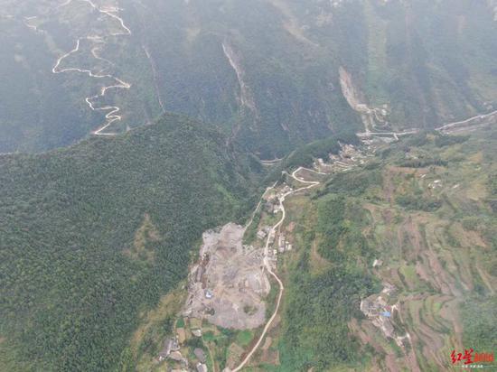 大山脚下的铁桥村大桥让山村连通外界。