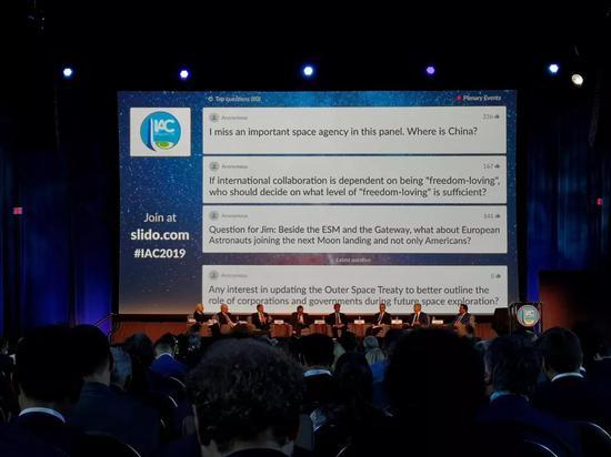 """2019年10月21日,在第70届国际宇航大会开幕当天的第一场全会活动上,""""中国(航天局)去哪儿了?""""的提问被现场听众投票置顶。新华社记者周舟摄"""