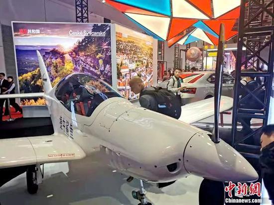 """世界上最快速的超轻型飞机""""捷中鲨鱼""""。中新网记者 李金磊 摄"""