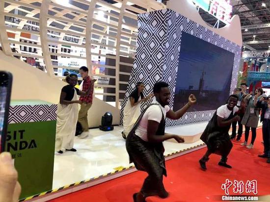 卢旺达展馆内的舞蹈表演。中新社记者 朱晓颖 摄