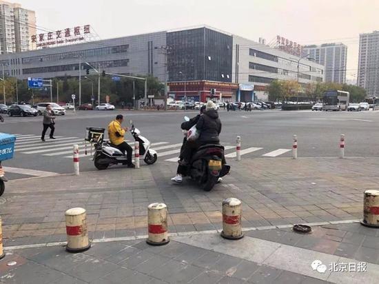 宋家庄附近,京B号牌摩托载人在便道行驶。