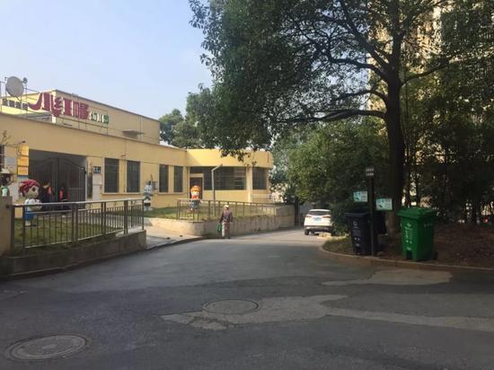 今日女报/凤网记者发现,在嫌疑人冯某华行凶地大约20米处,是一所幼儿园。