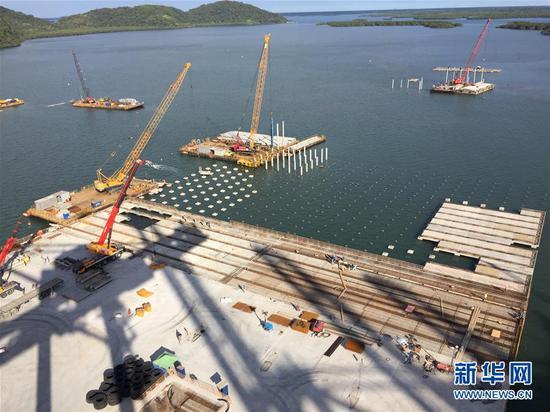 """这是2018年8月27日拍摄的巴西巴拉那瓜港TCP码头堆场扩建工程现场。中国招商局港口控股有限公司在""""一带一路""""倡议的框架下,已经完成对巴拉那瓜港最大码头运营商TCP公司的收购。中巴企业深度的合作,帮助巴拉那瓜港焕发出新活力。 新华社记者彭桦摄"""