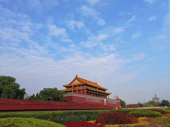 2019年11月3日,天安门广场在蓝天白云映衬下,景致壮美 图 via VCG