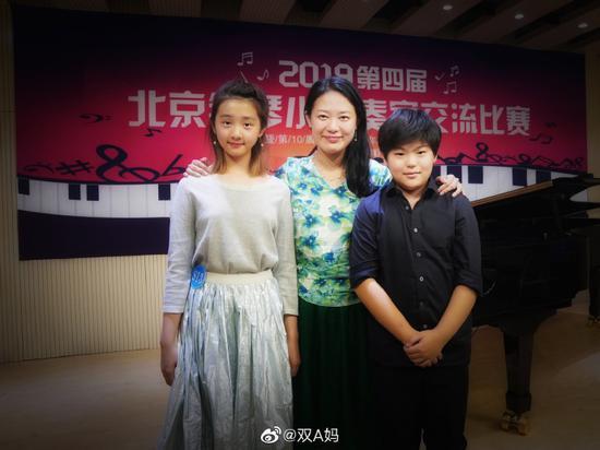 黄忆慈(左一)和吕良杰(右一)