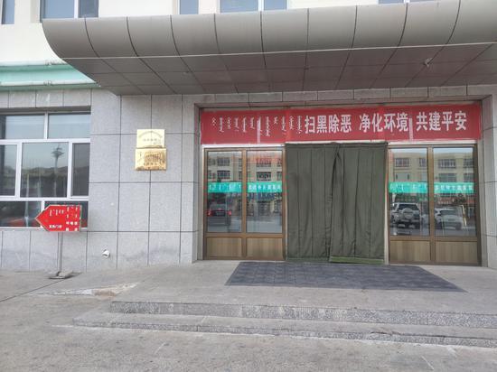 11月13日,苏尼特左旗医院门外竖起发热门诊相关指示牌。 新京报记者 康佳 摄