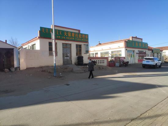 11月14日,巴彦淖尔镇上有牧民戴起了口罩。 新京报记者 康佳 摄