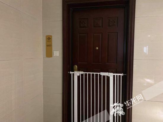 沱沱的家门紧锁,门前有白色的宠物栅栏。华龙网-新重庆客户端记者 姜念月 摄
