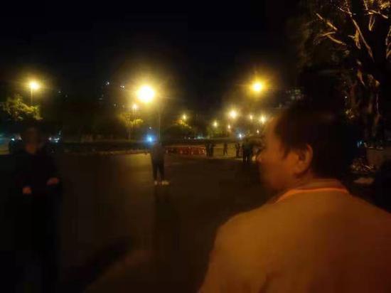 家属在事发现场附近 新京报记者刘浩南 摄