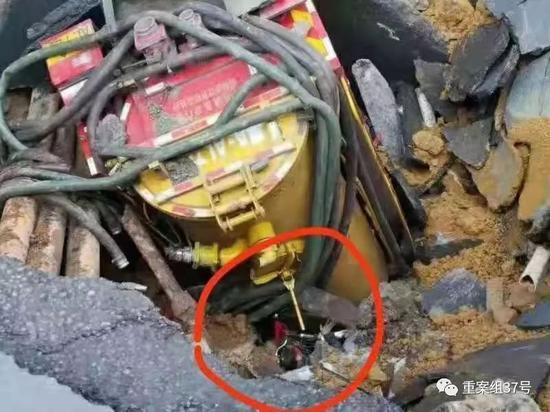 ▲清污车掉入坑洞中,可看到一名男子头部。受访者供图
