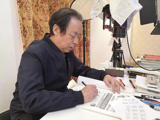 庞中华在给正午题字。正午记者杨语拍摄