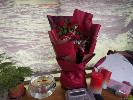 ↑家人接苏银霞出狱时准备的鲜花