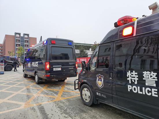 12月17日早上,押解杜少平、罗光忠等14名被告人的警车驶入法院。 澎湃新闻记者 朱远祥 摄