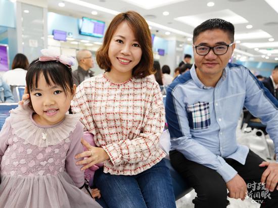 △这是澳门年轻夫妇王国辉、吕琦颖当天在给5岁的女儿办理身份证。(国广记者李晋拍摄)