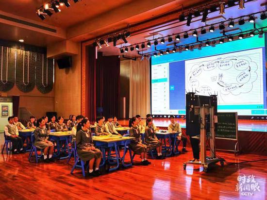 △这堂中国历史公开课在学校五层礼堂举行。(央视记者关舟拍摄)