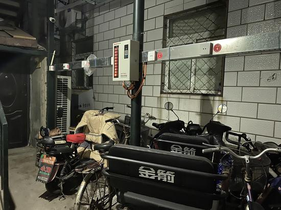 农场宿舍社区入口处的自行车车棚内,仅有一台充电设备。摄影/新京报记者 应悦